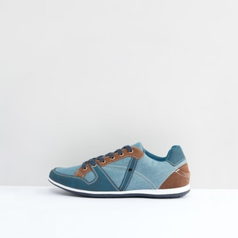 حذاء برباط ودرزات