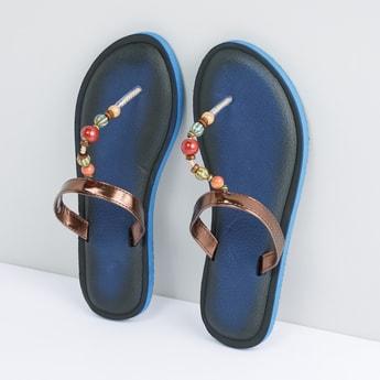 حذاء خفيف بنعل بارز الملمس وحزام مزيّن بالخرز