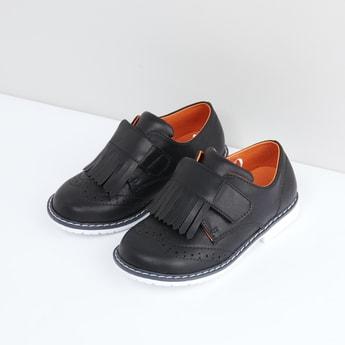 حذاء بشريط إغلاق وشراشيب