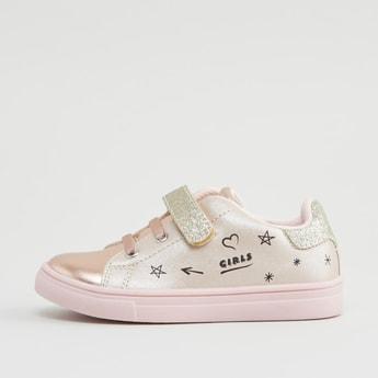 حذاء سنيكرز بطبعات مع خطّاف وحلقة إغلاق
