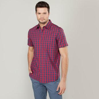 قميص كاروهات بأكمام قصيرة وتفاصيل جيب