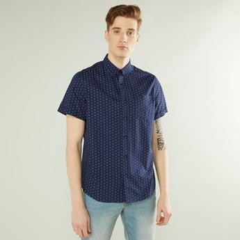 قميص بطبعات بياقة عاديّة وأكمام قصيرة ورقعة خارجي