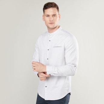 قميص بياقة ماندارين وأكمام طويلة وتفاصيل جيب