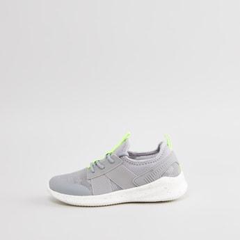 حذاء سنيكرز سهل الارتداء بملمس بارز بعلامة تبويب