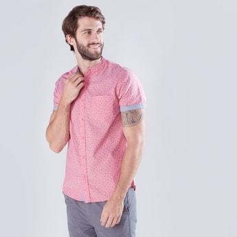 قميص بطبعات وأكمام 3/4 وياقة مستديرة قصيرة