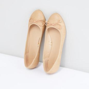حذاء باليرينا بارز الملمس مزيّن بفيونكة.