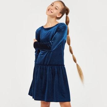 فستان قطيفة بطول الركبة بأكمام طويلة وياقة مستديرة