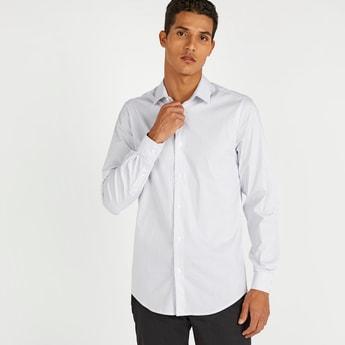 قميص بارز الملمس بقصّة سليم وأكمام طويلة