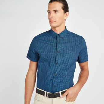 قميص بأكمام قصيرة وجيب على الصدر ووصلة أزرار كاملة وطبعات