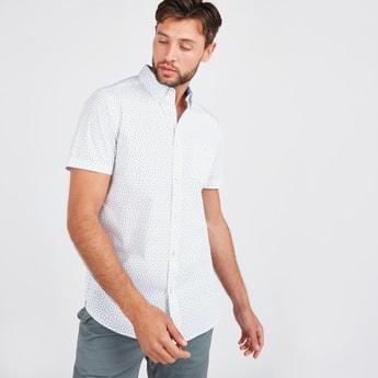 قميص بأكمام قصيرة وجيب على الصدر وطبعات تزينه بالكامل