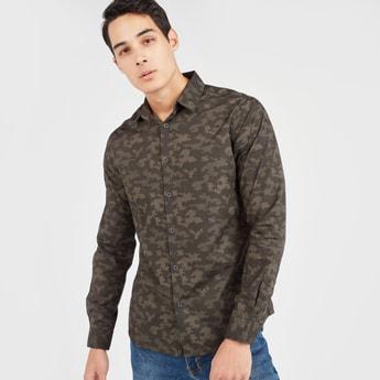 قميص سلّيم بأكمام طويلة وطبعات مموهة