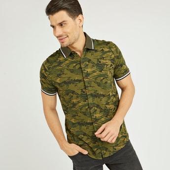 قميص سليم بطبعات وياقة عادية وأكمام قصيرة