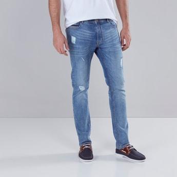 بنطال جينز ممزق بقصة ضيقة وجيوب