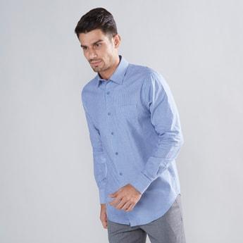 قميص مقلّم بياقة واسعة وأكمام طويلة