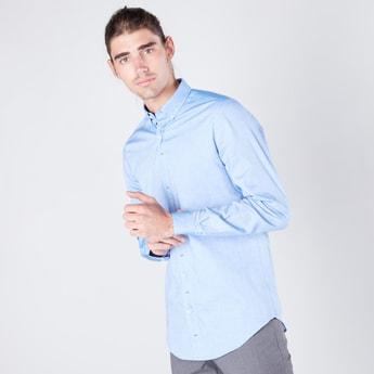 قميص سادة بقصّة مطابقة للجسم وأكمام طويلة