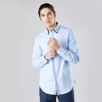 قميص سادة بقصّة سليم بأكمام طويلة وياقة عادية بأزرار
