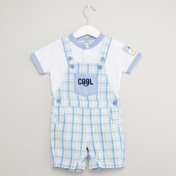 Solid Short Sleeves T-shirt with Chequered Dungarees