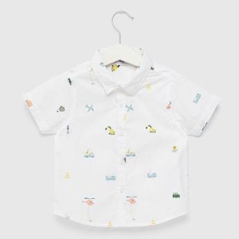 قميص بأكمام قصيرة وأزرار إغلاق وطبعات