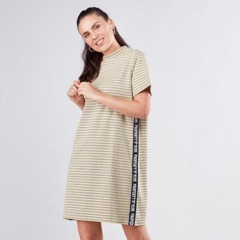 فستان كاروهات واسع بياقة عالية وأكمام قصيرة