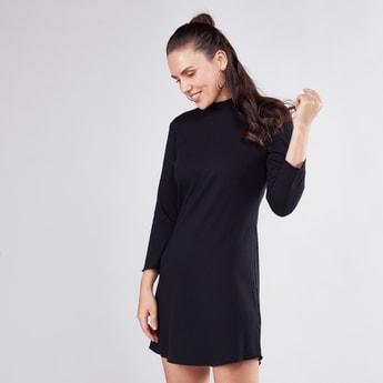 فستان إيه لاين قصير بارز الملمس بياقة عالية وأكمام طويلة