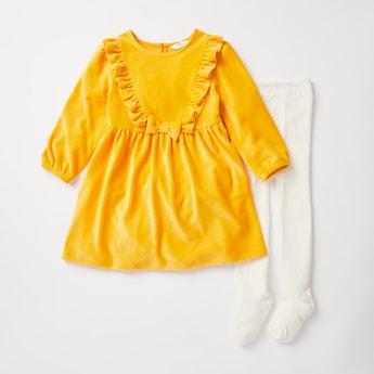 فستان بارز الملمس بتفاصيل كشكش مع جوارب طويلة متباينة
