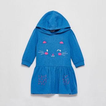 فستان بطول الركبة مطرز بوجه قطة بأكمام طويلة وغطاء للرأس