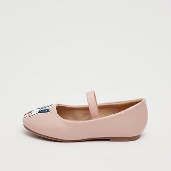 حذاء بتفاصيل مزخرفة وحزام مطّاطي