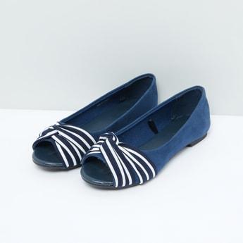 حذاء مقلّم بفتحة إصبع