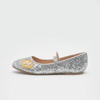 حذاء ماري جين لامع مزيّن بتفاصيل مزخرفة