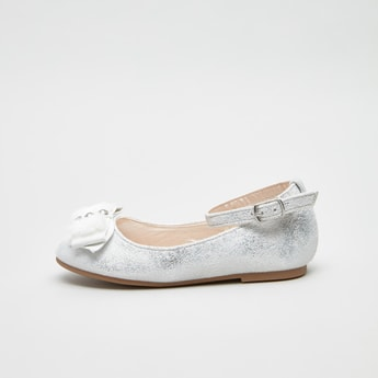 حذاء ماري جين بارز الملمس مزيّن بتفاصيل زخارف فيونكة