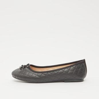 حذاء بارز الملمس بكعب مكدس وتفاصيل فيونكة