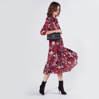 فستان متوسط الطول بأكمام 3/4 وطبعات زهرية وفيونكة
