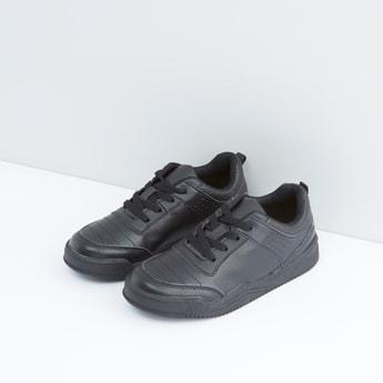 حذاء مدرسي برباط ودرزات وثقوب