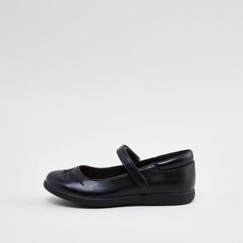 حذاء مدرسة ماري جاين مُطرّز مع خطّاف وحلقة إغلاق