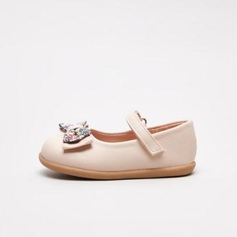 حذاء ماري جين بتفاصيل فيونكة وشريط إغلاق لاصق