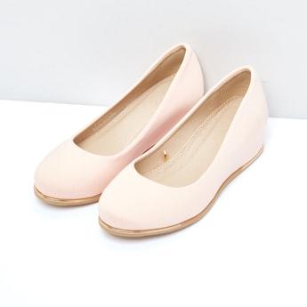 حذاء بكعب ويدج وتفاصيل ميتاليك