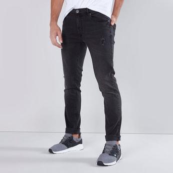 جينز طويل بقصّة سكيني وخصر متوسط الارتفاع وجيوب