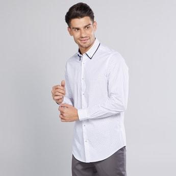 قميص سليم بأكمام طويلة وأزرار وطبعات
