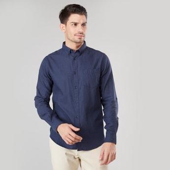 قميص سادة طويل بياقة واسعة وجيب على الصدر