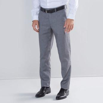 بنطال سادة بقصّة سليم بتفاصيل جيوب وحلقة حزام