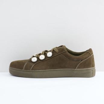 حذاء برباط ودرزات وتفاصيل لؤلؤ