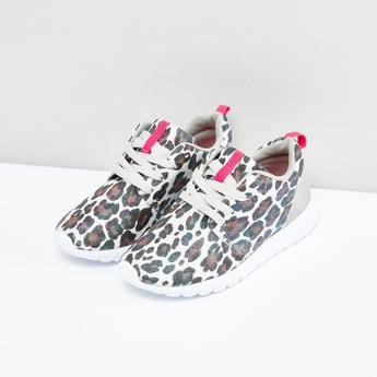 حذاء رياضي بطبعات