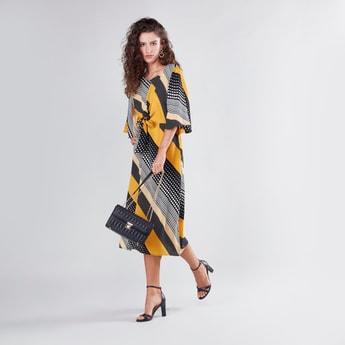 فستان متوسط الطول بطبعات وقصة إيه لاين وأكمام لامعة وحزام وسط