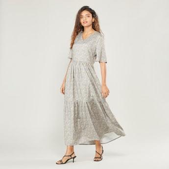 فستان إيه لاين طويل بطبعات أزهار بياقة v وأكمام قصيرة