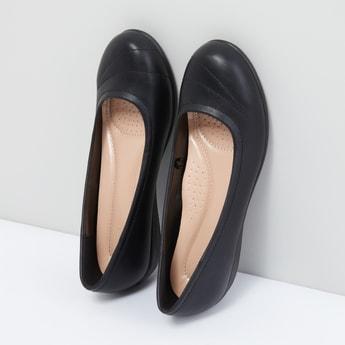 حذاء سهل الارتداء بدرزات