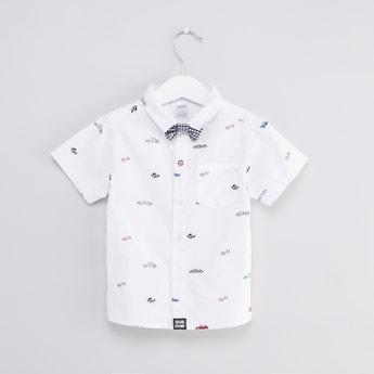 قميص بطبعات مع أكمام قصيرة وربطة عنق