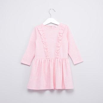 فستان بياقة مستديرة وأكمام قصيرة وتفاصيل كشكش
