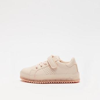 حذاء بتفاصيل مفرّغة بالليزرمع خطّاف وحلقة إغلاق