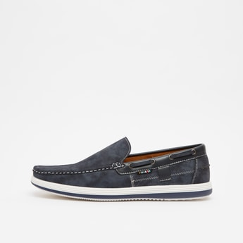 حذاء سهل الارتداء بارز الملمس بتفاصيل حلقات تثبيت صغيرة
