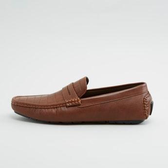 حذاء سهل الارتداء بارز الملمس بتفاصيل مغرزة